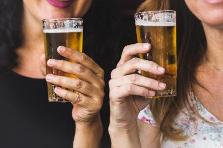 Ragazze con birra, foto generica