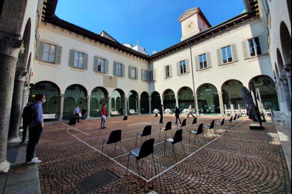 Il cortile del Piccolo Teatro di Milano, foto tratta dalla Pagina Facebook del Teatro