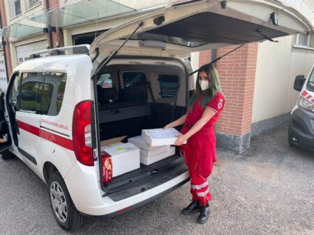 croce rossa dona una spesa