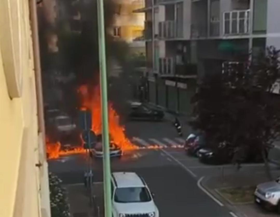 sesto auto in fiamme